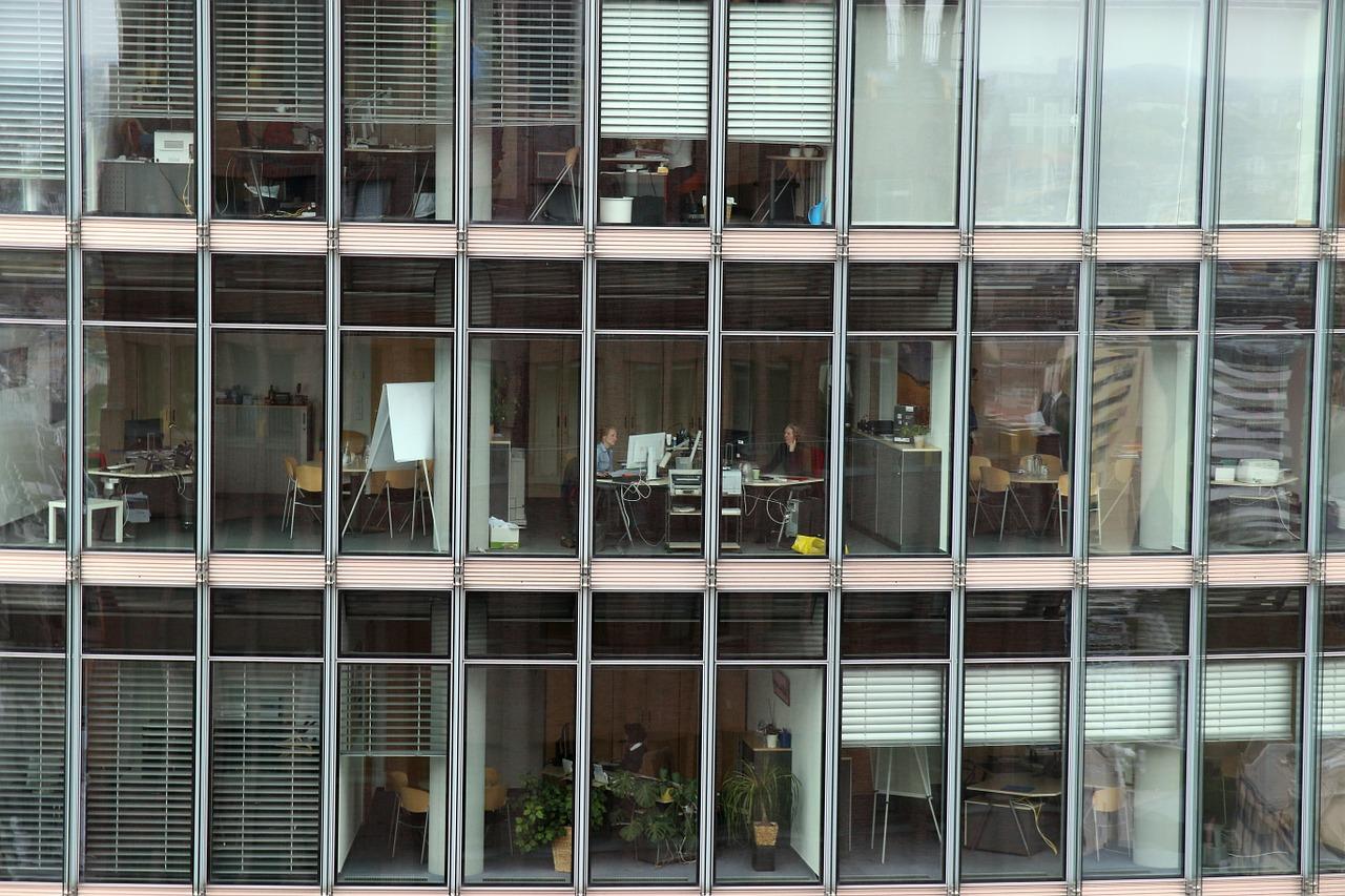 Ergonomische Stehtische und Deskbikes im Konzern